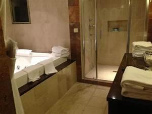 la salle de bain avec jacuzzi douche a l39italienne With chambre avec douche italienne
