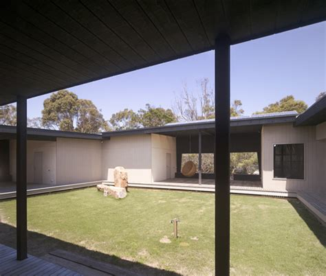 house  courtyard   middle  australian outback