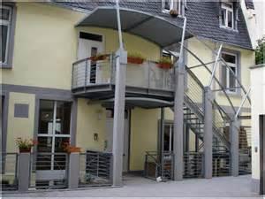 markisen balkon aussentreppe verzinkte eingeschossige aussentreppe mit zwischenpodest austrittsbalkon im 1 og