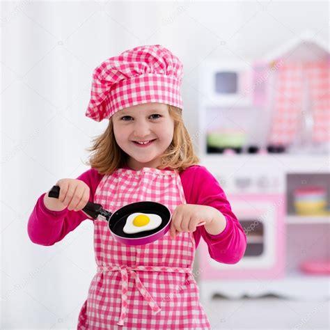 cuisine jouet fille fille jouant avec cuisine jouet photo 114352214