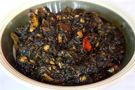 cuisine malienne sauce graine aux épinards avec du poulet fumé