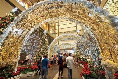 giant christmas displays    malls