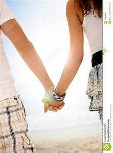 Hand In Hand Gehen : paare die hand in hand auf sommerstrand gehen lizenzfreies stockbild bild 19423436 ~ Markanthonyermac.com Haus und Dekorationen