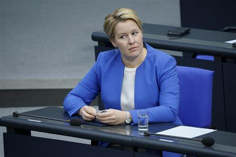 Fehler in doktorarbeitministerin giffey droht neues plagiatsverfahren. Geheimes Gutachten: Ministerin Giffey täuschte 27 Mal in ...