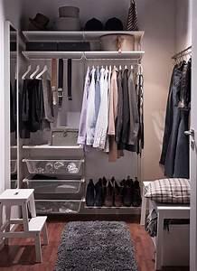 Kleiderschrank Kleiner Raum : ein kleiner begehbarer kleiderschrank mit weissen wandregalen kleiderstangen netzdrahtk rben ~ Markanthonyermac.com Haus und Dekorationen
