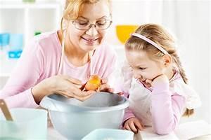 Cuisine Pour Petite Fille : grand m re et petite fille dans une cuisine image stock ~ Preciouscoupons.com Idées de Décoration