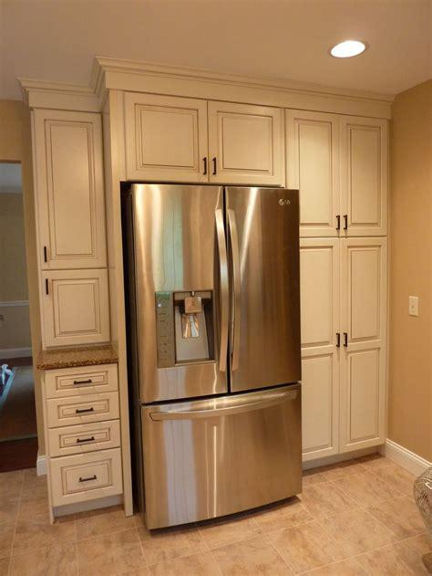 kraftmaid offwhite cabinets   glaze build   refrigerator  plenty  storage