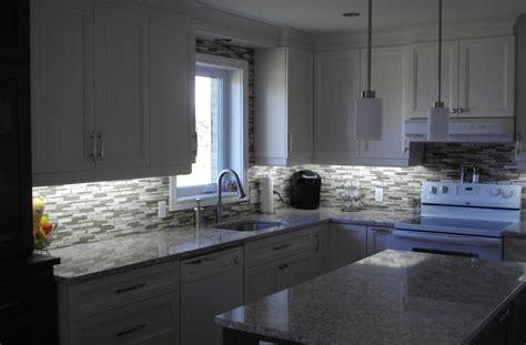 cuisines bois massif cuisine en polyester comptoir de quartz avec dosseret mosaïque ébénisterie s forcier