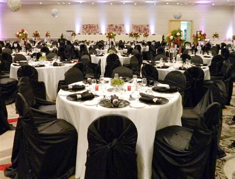 white tablecloths black runner black napkins black chair