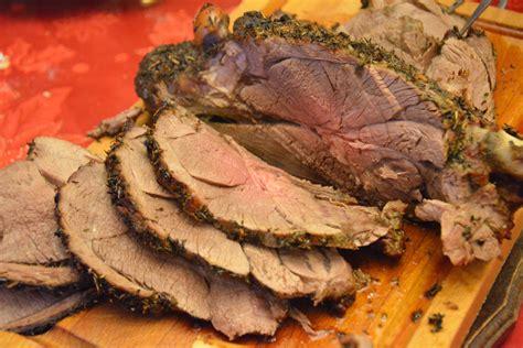 cuisine entre amis gigot d agneau rôti au four et aux herbes au fil du thym