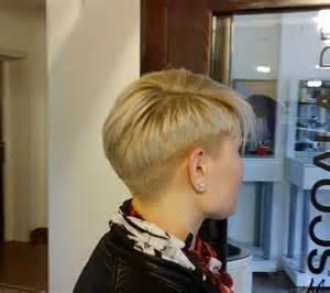 tie dye roses carré court asymétrique blond carré