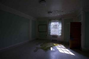 dark empty room with chair | datenlabor.info