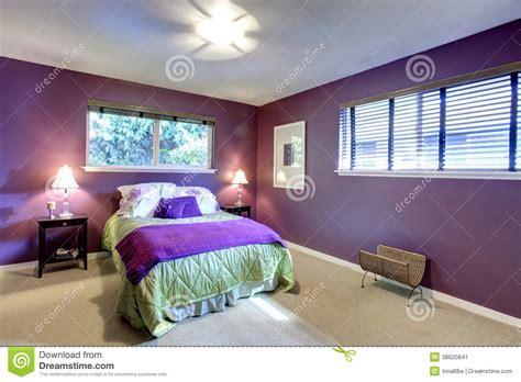 chambre pourpre chambre à coucher de couleur de contraste image