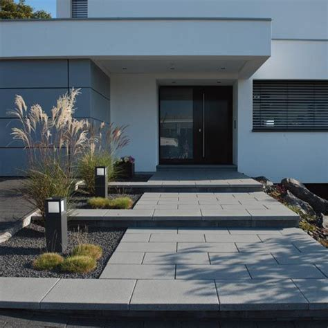 Hauseingang Modern by Gartenanlage Zaun Eingangstreppe Hofeinfahrt Vordach