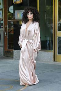 Dressing New York : lady gaga in pink silk dressing gown leaves her apartment in new york city ~ Dallasstarsshop.com Idées de Décoration