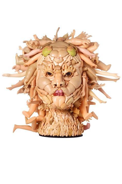 lade di plastica freya jobbins l artista lavora con le bambole di