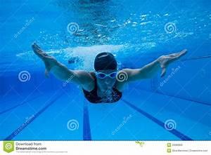 Rustine Piscine Sous L Eau : natation sous l 39 eau photo stock image du bulles tre 33580830 ~ Farleysfitness.com Idées de Décoration