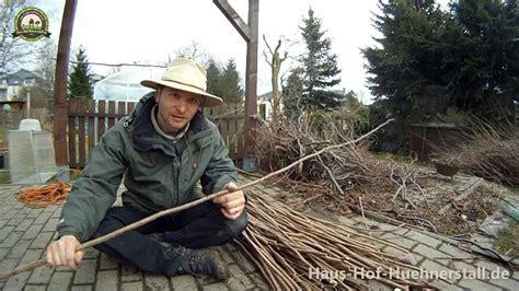 flechtzaun selber machen einfacher gartenzaun aus