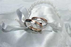 banco de imagens homem mulher petala amor simbolo With symbolism of wedding rings ceremony