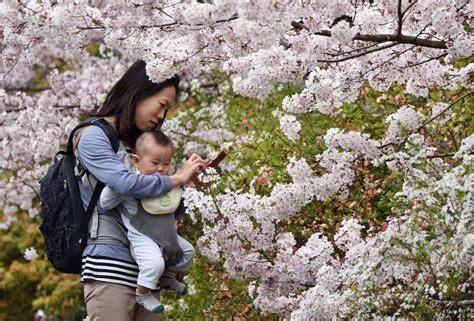Una Japonesa Disfruta Con Su Hijo Del Olor Y El