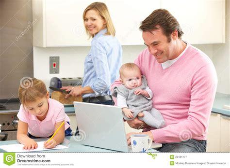 famille cuisine famille occupé ensemble dans la cuisine photographie stock