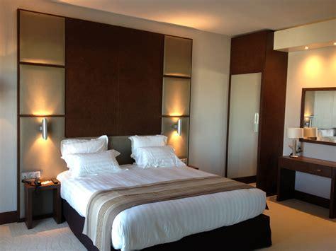 chambre à coucher adulte pas cher cuisine mobilier bois gris neutre moderne froid cocon lit