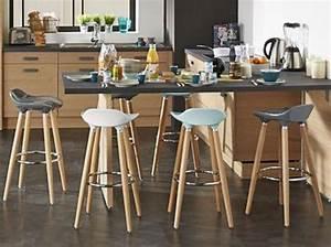 Cuisine bois noir tabouret haut plan de travail noir for Deco cuisine avec chaise en couleur pas cher