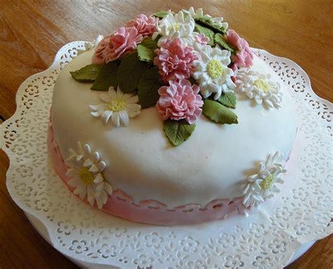 Torta di compleanno abbinata a fiori per compleanno direttamente a casa. immagini mazzi di fiori per compleanno