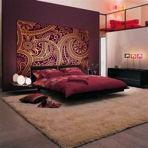 chambre style hindou tête de lit orientale et porte marocaine