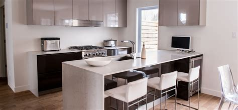 cuisine au cuisine moderne au fini lustré avec comptoirs de quartz