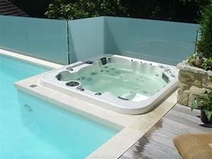 Whirlpool ist wellness im garten fitnessraum oder auf der for Whirlpool garten mit tauben abwehren balkon