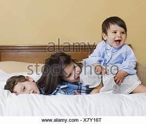 Drei In Einem Bett : baby lag in einem bett auf dem bauch blickte neugierig stockfoto bild 76021653 alamy ~ Pilothousefishingboats.com Haus und Dekorationen