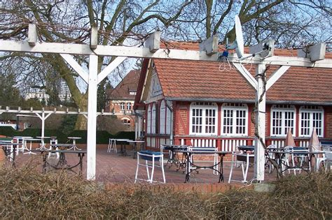Berlin Dahlem Botanischer Garten Cafe by Cafe Sitzplatz Weisse Pergola