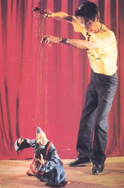 marionettenspieler prof albrecht roser zeigt gustaf und