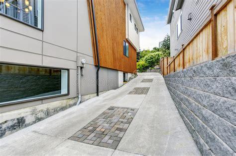 all 233 e de luxe au garage pr 232 s de la maison moderne avec l 233 quilibre en bois de panneau image