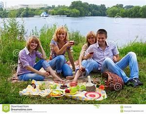 Bausparvertrag Junge Leute : junge leute am picknick stockbild bild von getr nk ~ Lizthompson.info Haus und Dekorationen