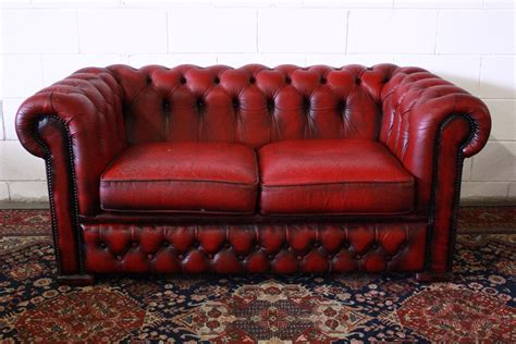 Divano Chesterfield 2 Posti In Pelle Bordeaux Originale