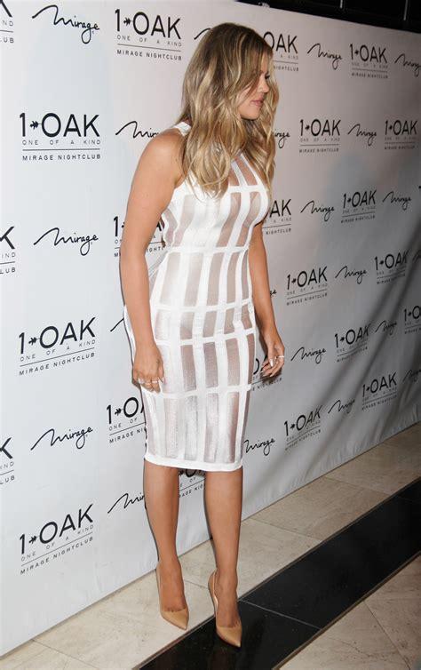 Khloé Kardashian com vestido branco que ultrapassa os ...