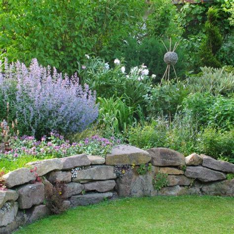 Garten Hang Bepflanzen by Trockenmauer Garten Natursteine Garten Trockenmauer