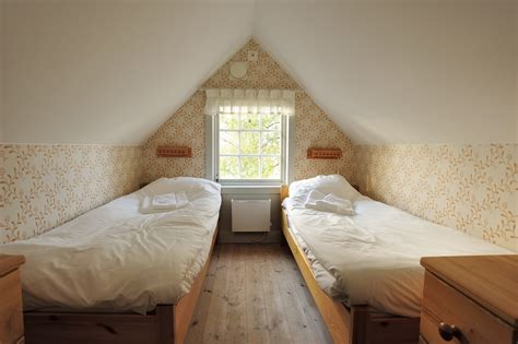organizing small bedroom      size