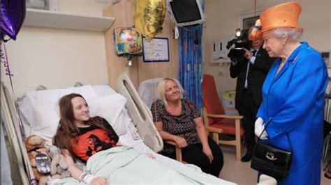 queen elizabeth meets victims   manchester bombing