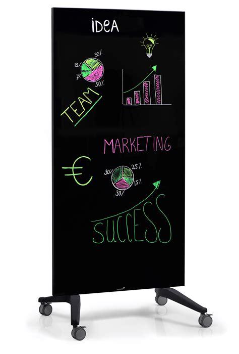 dubbelsidig whiteboard av glas pa hjulstaellning magasin