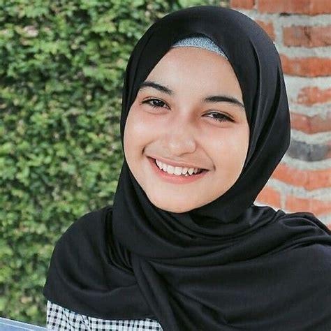 gadis berhijab cantik muda cari teman curhat hijab smile