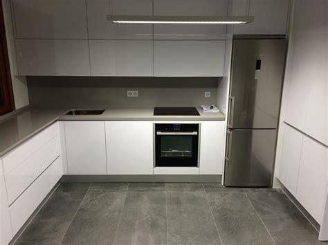 cocina moderna blanca  solo gris oscuro dream house en