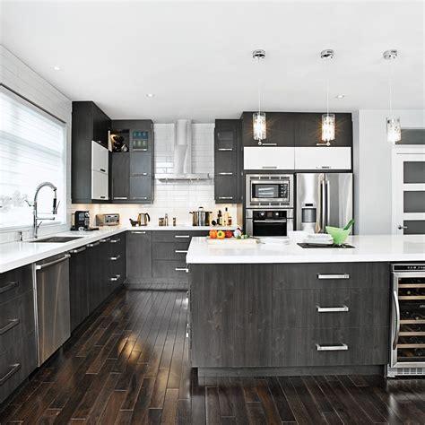 des vers dans la cuisine cette cuisine brille par spacieuse et par les contrastes de noir et blanc qui y