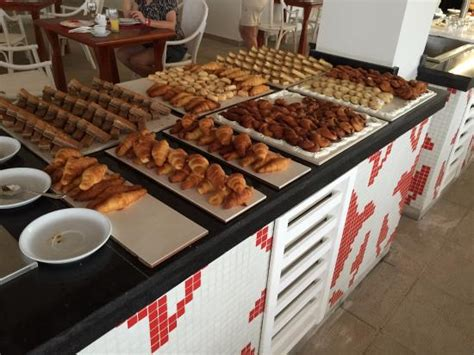 location chambre hotel some delicious pastries on the buffet photo de