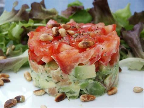 recettes de cuisine simple et rapide concassé de tomates sur tartare d 39 avocat saumon amuses