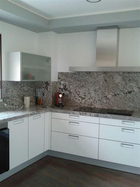 foto encimera cocina  pared granito lennon de marbres