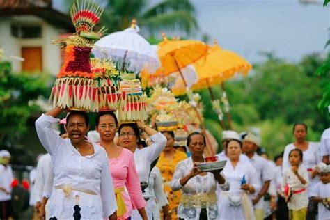 upacara adat bali  menambah pesona pulau dewata