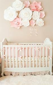 Kinderzimmer Für Babys : kinderzimmer einrichten babybett als zentrum des zimmer rosen papierblume dekoration f r baby ~ Bigdaddyawards.com Haus und Dekorationen